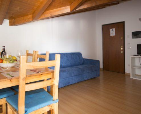 % livingroom attic7 Wohnungen